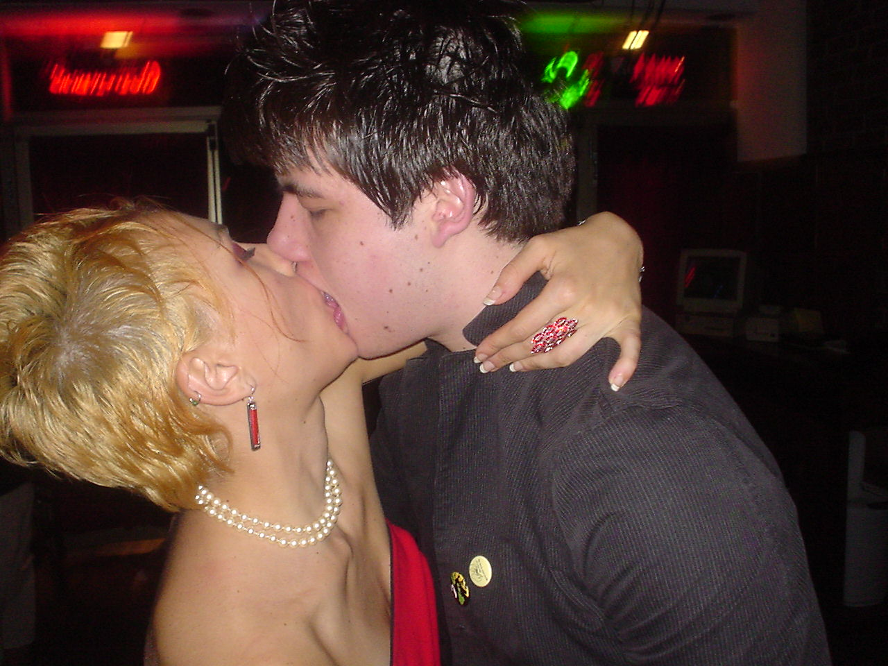 chris makes out at west end AWESOME.jpg